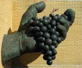 La mano con el racimo de uvas